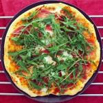 Pizza de jamón ibérico, rúcula y huevo