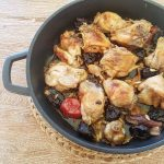 Pollo rustido con ciruelas y piñones