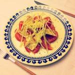 Ensalada de tomate con atún y cebolleta