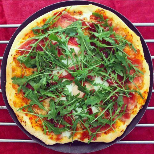 Pizza de pernil ibèric, ruca i ou