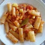Macarrones con tomate y calabacín
