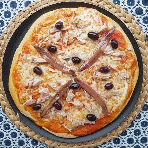 Pizza de tonyina, anxoves i olives negres