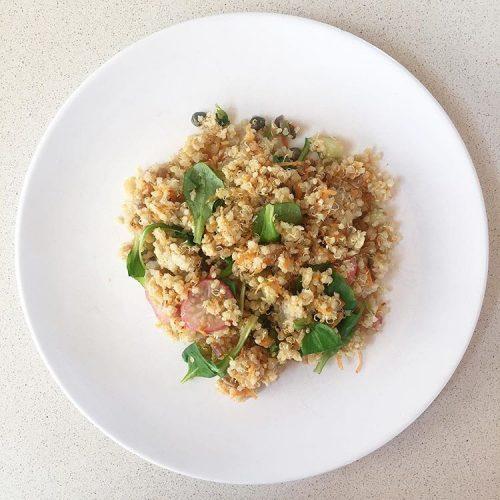 Amanida de quinoa, pastanaga i tàperes