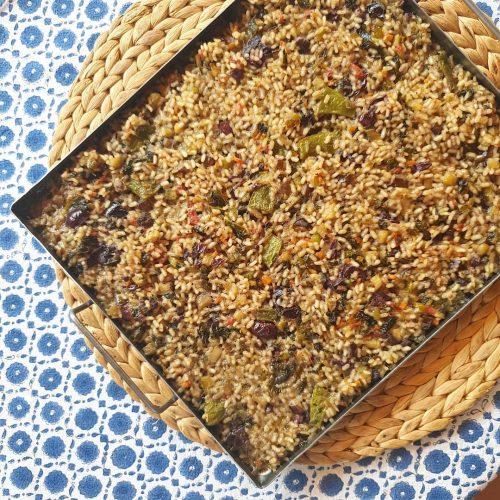 Arroz seco de verduras de verano con aceitunas negras